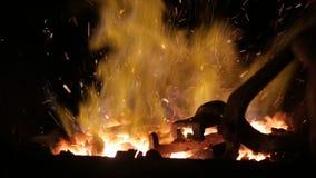 Schließen Sie oben vom Ofen in der Schmiedewerkstatt mit Flammen in der Zeitlupe stock video