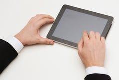 Schließen Sie oben vom PC der Mannhandrührenden Tablette lizenzfreie stockbilder