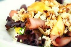 Schließen Sie oben vom Pfirsich-, Gorgonzola- und Pastrami-Salat Lizenzfreies Stockbild