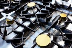 Schließen Sie oben vom professionellen modernen glänzenden Metall-Gaskocher im Restaurant lizenzfreie stockbilder