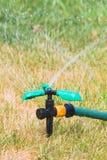 Schließen Sie oben vom Rasensprenger am Sommertag Lizenzfreie Stockfotos