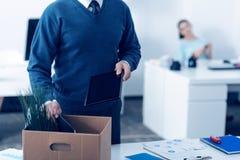 Schließen Sie oben vom reifen Mannverpackungsbüroartikel im Kasten stockfoto