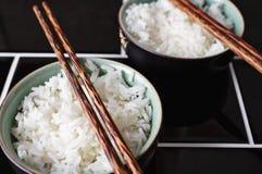 Schließen Sie oben vom Reisteller und -essstäbchen Stockbilder