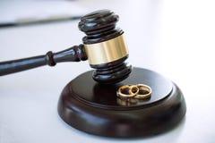 Schließen Sie oben vom Richterhammer, der auf Heiratscheidung und gol zwei entscheidet stockbild