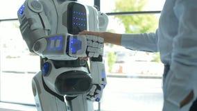 Schließen Sie oben vom Roboter und von Mädchen, die Hände rütteln stock footage
