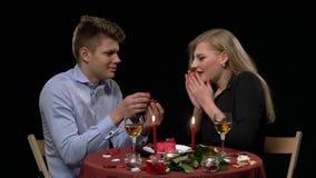 Schließen Sie oben vom romantischen Abendtische mit dem Küssen stock video