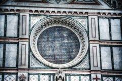 Schließen Sie oben vom rosafarbenen Fenster in Santa Croce-Kathedrale in Florenz Stockbild