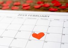 Schließen Sie oben vom roten Herzen am Tag 14. vom Februar 2019-Kalenders am Heilig-Valentinsgrußtag Liebe feiernd stockbilder