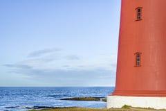 Schließen Sie oben vom roten Leuchtturm in Finnmark, Nord-Norwegen Lizenzfreie Stockfotos