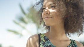 Schließen Sie oben vom schönen jugendlichen afroen-amerikanisch Mädchen auf tropischem Strand Lizenzfreie Stockbilder