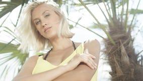 Schließen Sie oben vom schönen kaukasischen Mädchen, das auf tropischem Strand aufwirft Stockbild
