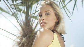 Schließen Sie oben vom schönen kaukasischen Mädchen, das auf tropischem Strand aufwirft Stockbilder