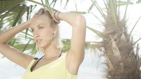 Schließen Sie oben vom schönen kaukasischen Mädchen, das auf tropischem Strand aufwirft Lizenzfreie Stockfotografie