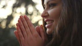 Schließen Sie oben vom schönen Porträt der jungen Frau, im Freien stock footage