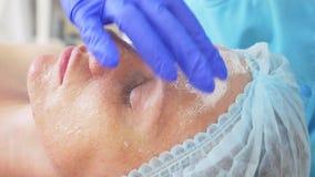 Schließen Sie oben vom Schönheitsverfahren Kosmetiker, der Gesichtsmaske säubert schale Schönheits- und Körperhautpflege Zeitlupe stock footage