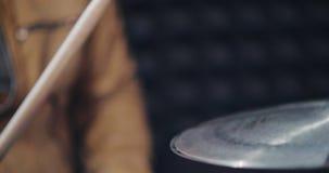 Schließen Sie oben vom Schlagzeugerschlagenschlag stock video