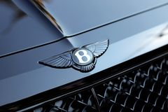 Schließen Sie oben vom Schwarz-Auto Bentley Wingeds B Logo On The Hood Of A stockfotos