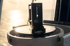 Schließen Sie oben vom Seemarinemagnetkompass auf Yacht oder Boot Lizenzfreies Stockfoto
