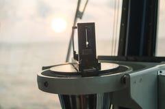 Schließen Sie oben vom Seemarinemagnetkompass auf Yacht oder Boot Stockfotografie