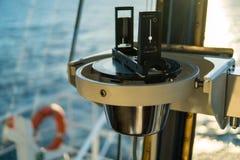 Schließen Sie oben vom Seemarinemagnetkompass auf Yacht oder Boot Lizenzfreie Stockbilder