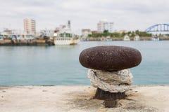 Schließen Sie oben vom Seil und vom Schiffspoller am Dock des Hafens von Ishigaki-jima, Japan lizenzfreie stockfotos