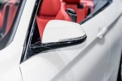 Schließen Sie oben vom Seitenspiegel des weißen Autos mit Blinker Lizenzfreie Stockfotografie