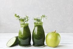 Schließen Sie oben vom selbst gemachten grünen Smoothie, der vom frischen Spinat, von den Erbsen, von der Gurke und vom Apfel auf Stockbilder