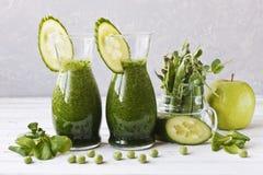 Schließen Sie oben vom selbst gemachten grünen Smoothie, der vom frischen Spinat, von den Erbsen, von der Gurke und vom Apfel auf Lizenzfreie Stockfotos