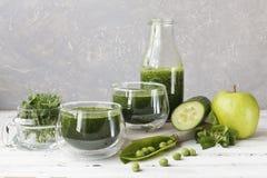 Schließen Sie oben vom selbst gemachten grünen Smoothie, der vom frischen Spinat, von den Erbsen, von der Gurke und vom Apfel auf Stockfoto