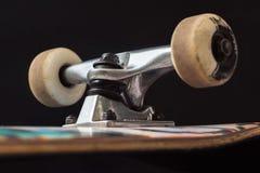 Schließen Sie oben vom Skateboard-LKW und -rädern Stockfotografie