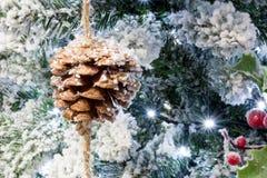 Schließen Sie oben vom Snowy-Weihnachtsbaum mit Dekoration Lizenzfreie Stockbilder