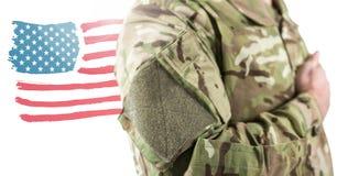 Schließen Sie oben vom Soldaten mit der Hand auf Herzen vor Zeichnung der amerikanischen Flagge Lizenzfreies Stockfoto