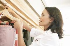 Schließen Sie oben vom Speicher-behilflichen Arbeiten lizenzfreie stockfotos