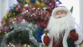 Schließen Sie oben vom Spielzeug Sankt nahe Weihnachtsbaum stock footage