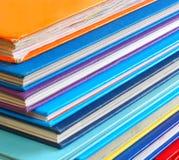 Schließen Sie oben vom Stapel bunten Büchern Stockfotos