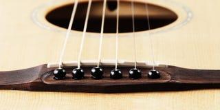 Schließen Sie oben vom Stegstift und vom Ton, Akustikgitarre Lizenzfreie Stockfotografie