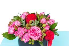 Schließen Sie oben vom tapferen Blumenstrauß von rosa und roten Rosen und von rotem Band Lizenzfreie Stockfotografie