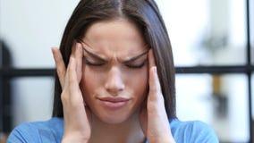 Schließen Sie oben vom Tempus, deprimierte junge Frau, Kopfschmerzen Lizenzfreie Stockfotos