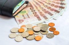 Schließen Sie oben vom Thailand-Geldbad mit schwarzer Geldbörse auf weißem backg Lizenzfreie Stockbilder
