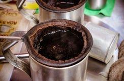 Schließen Sie oben vom traditionellen Baumwollfilter für thailändischen Kaffee Lizenzfreie Stockfotos