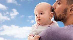 Schließen Sie oben vom Vater, der kleine Babytochter küsst lizenzfreie stockfotos