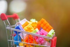 Schließen Sie oben vom Warenkorb voll von legos lizenzfreies stockfoto