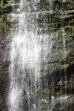 Schließen Sie oben vom Wasser, das hinunter einen Wasserfall kaskadiert Stockfoto