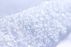 Schließen Sie oben vom weißen Schnee Schnee-Kristall Grünes Blatt mit einem großen Wassertropfen stockbilder