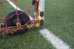 Schließen Sie oben vom weißen Tormannkäfig, Gummirad, europäisches astroturf Fußball des künstlichen grünen Rasenfußballs mit wei stockfotografie