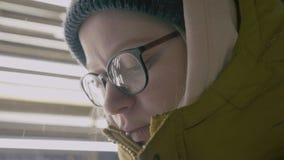 Schließen Sie oben vom weiblichen hübschen Gesicht in den Gläsern auf den unscharfen Lichtern outdoor Porträt stock video