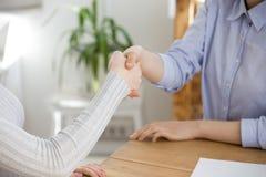 Schließen Sie oben vom weiblichen Job-Bewerber des Werbeoffizierhändedrucks im Büro lizenzfreies stockbild