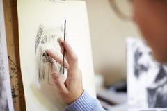 Schließen Sie oben vom weiblichen Jugendkünstler-Sitting At Easel-Zeichnungs-Bild des Hundes von der Fotografie in der Holzkohle stockbild