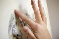 Schließen Sie oben vom weiblichen Jugendkünstler-Sitting At Easel-Zeichnungs-Bild des Hundes von der Fotografie in der Holzkohle lizenzfreies stockbild