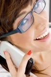 Schließen Sie oben vom weiblichen Leitprogramm, das am Telefon spricht Stockbild
